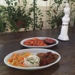 Polpetone de carne acompanhado de nhoque ao molho sugo e Frango grelhado ao molho Cacciatore acompanhado de arroz pilaf e legumes salteados.